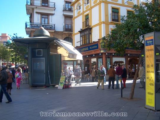 La Campana del centro de Sevilla con el kiosko de prensa