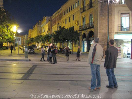 Viendo salir la luna llena desde la Avenida de la Constitución en Sevilla