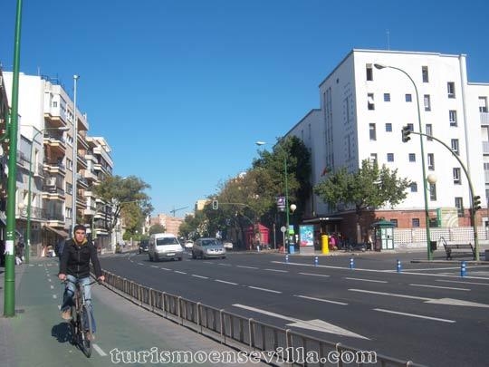 Avenida de María Auxiliadora con el carril bici y un ciclista