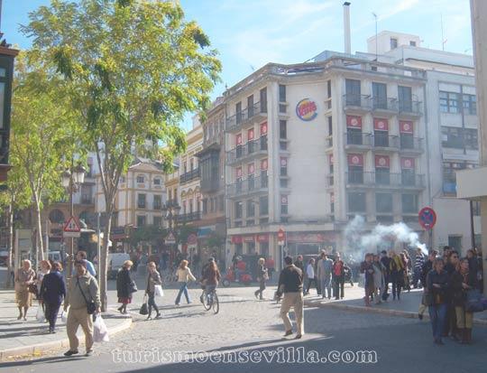 Vendiendo castañas asadas en La Campana de Sevilla